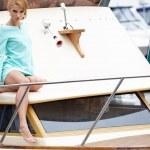 atraktivní módní dívka na jachtě v letní den — Stock fotografie