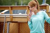 在游艇的时尚美丽女人 — 图库照片