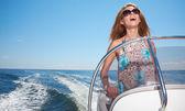 Belle jeune femme conduire un bateau à moteur et de s'amuser — Photo