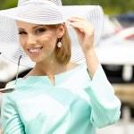 vacker ung kvinna i hatt sommaren utomhus — Stockfoto #29336213