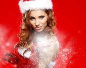 Christmas Santa hat woman portrait hold christmas gift. — Foto de Stock