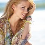 Beautiful summer girl on beach — Stock Photo