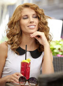 Charmante vrouw in een restaurant — Stockfoto