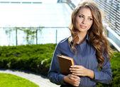 Kobieta stojąc na zewnątrz nowoczesny dom — Zdjęcie stockowe