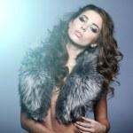 Porträt stilvolle Frau im Pelz vor grauem Hintergrund — Stockfoto #31985703