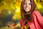 Young woman in beautiful autumn park, concept autumn — Stock Photo