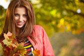 Mooie herfst vrouw in gouden park — Stockfoto