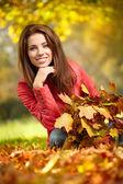 年轻女子上了秋天的叶子在手 — 图库照片