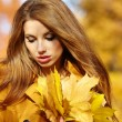Portrait of beautiful young womin autumn park. — Stock Photo #33317185