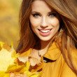 Portrait of beautiful young woman in autumn park. — Stock Photo #33317189