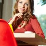 härlig student tjej i café — Stockfoto