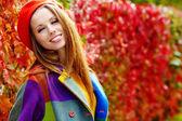 Mode kvinna gå i höst park — Stockfoto