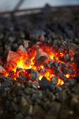 Старомодный кузнец печь с горящими углями — Стоковое фото