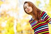 Sonbahar parkta genç güzel kadın — Stok fotoğraf