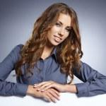 Business kvinna visar tom skylt — Stockfoto