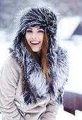 девочка играет с снежком в парке — Стоковое фото