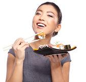 Kadın holding suşi yemek çubukları ile — Stok fotoğraf