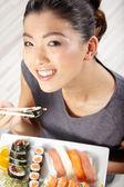 Mujer comiendo sushi — Foto de Stock