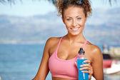 Morena bebendo água e refrescar — Fotografia Stock