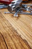 Kladivo a hřebíky na dřevo — Stock fotografie