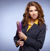 Attraente donna d'affari con le cartelle — Foto Stock