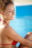 Mooie sexy jonge vrouw in bikini poseren bij het zwembad, outdoor — Stockfoto