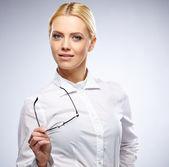 Affärskvinna med korsade armar — Stockfoto