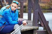 Mujer con postes nórdica en villa primavera — Foto de Stock