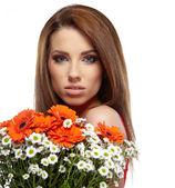 Ragazza con un fiore di primavera — Foto Stock