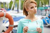 молодые моды женщина в порту — Стоковое фото