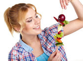 Woman holding vegetable skewers — Stockfoto