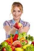野菜や果物を持つ女性 — ストック写真