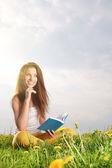 本を読んで緑のフィールド上の女性 — ストック写真