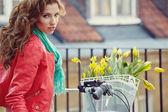 Donna con una bicicletta in vintage parigi — Foto Stock