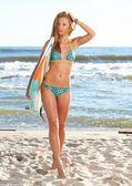 Kadın surfboard ile — Stok fotoğraf