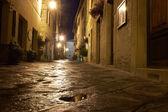 Calle iluminada de pienza — Foto de Stock