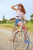 Ragazza in bicicletta — Foto Stock