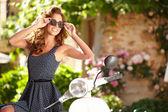 Italiaanse vrouw zitten op scooter — Stockfoto