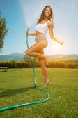 Woman having fun in summer garden — Stockfoto