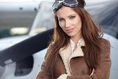 Pilota donna davanti all'aeroplano — Foto Stock