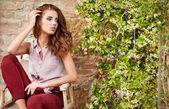 Frau auf der Terrasse des italienischen-Startseite — Stockfoto