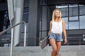 滑板在城市中的年轻女子 — Zdjęcie stockowe