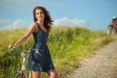 Vrouw fietsten in veld — Stockfoto