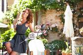 Belle jeune femme italienne assis sur un scooter italien. — Photo