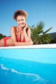 Vacker ung kvinna på en pool — Stockfoto