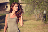 Woman under an olive tree — Stockfoto