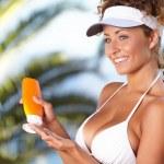 Woman applying sun protection lotion — Stock Photo