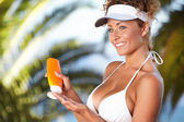 Woman applying sun protection lotion — Stock Photo