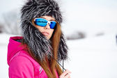 Caucasian woman wearing ski goggles — Foto Stock