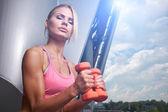 屋外で興奮女性トレーニング — ストック写真